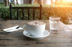 Copos do café do mocha na tabela Fotografia de Stock