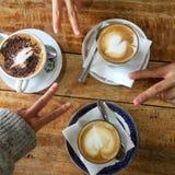 Copos do cappuccino e dos sinais de v Fotografia de Stock