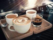 Copos do cappuccino no fundo de madeira copos cerâmicos das hortaliças vi Fotos de Stock Royalty Free