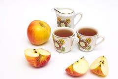Copos do chá, das maçãs e das rosas Fotografia de Stock Royalty Free