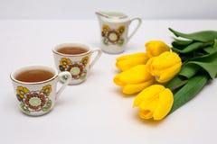 Copos do chá e das tulipas Imagens de Stock Royalty Free