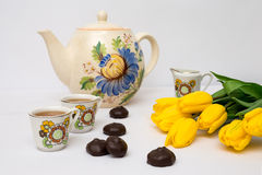 Copos do chá e das tulipas Foto de Stock