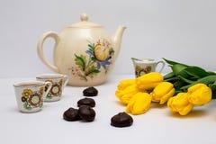 Copos do chá e das tulipas Fotografia de Stock