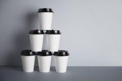 Copos do Livro Branco isolados no grupo cinzento do modelo Fotos de Stock