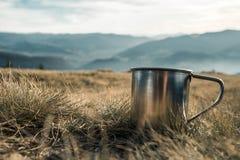 Copos do metal em um fundo das montanhas imagem de stock
