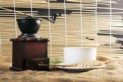 Copos do moedor e de café fotografia de stock