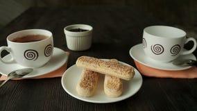 Copos e biscoitos de chá no fim da tabela acima Partido de chá filme