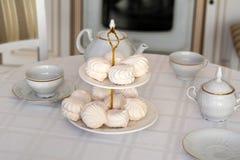 Copos e doces na mesa de cozinha Foto de Stock Royalty Free