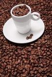 Copos e feijões de café Fotografia de Stock