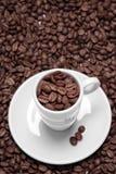 Copos e feijões de café Imagens de Stock