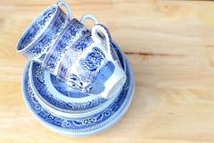 copos e pires azuis da porcelana do teste padrão do salgueiro do vintage imagens de stock royalty free