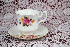 Copos e pires clássicos em uma toalha de mesa fazer crochê Fotografia de Stock Royalty Free