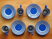 Copos e pires de café retros de Cornishware Imagem de Stock