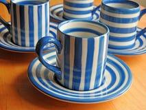 Copos e pires de café retros de Cornishware Foto de Stock Royalty Free