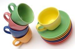 Copos e pratos coloridos de café Foto de Stock Royalty Free