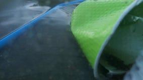 Copos e tubos plásticos na garrafa Plástico macro vivo da fotografia Perspectiva, como se a vista da água O conceito de e video estoque