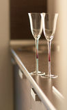 Copos na tabela na cozinha moderna fotografia de stock royalty free