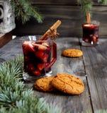 Copos Natal quente do vinho ferventado com especiarias imagens de stock royalty free