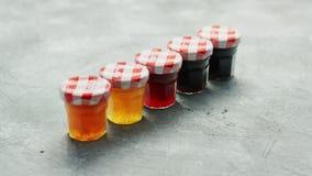 Copos pequenos com doce de fruta diferente filme