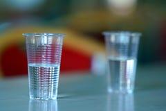 Copos plásticos completos da água fotos de stock royalty free