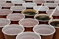 Copos plásticos de Brown para o café, cacau, chocolate quente fotografia de stock