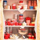 Copos vermelhos dos grupos de chá nas prateleiras Imagens de Stock Royalty Free