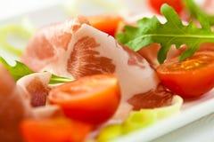 Coppa découpé en tranches avec des tomates-cerises Images libres de droits
