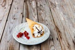 Coppa gelato su fondo di legno grigio fotografia stock libera da diritti