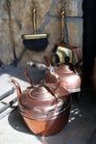 Copperware bij een oude open haard royalty-vrije stock afbeeldingen