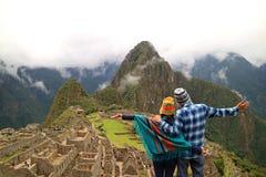 Coppia ammirare la vista spettacolare di Machu Picchu, la regione di Cusco, la provincia di Urubamba, Perù, sito archeologico fotografia stock libera da diritti