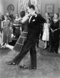Coppia ballare leggermente mentre altri stanno guardando (tutte le persone rappresentate non sono vivente più lungo e nessuna pro Fotografia Stock