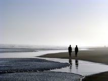 Coppia camminare sulla spiaggia Fotografie Stock Libere da Diritti