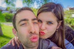 Coppia divertiresi facendo il duckface e prendendo l'immagine del selfie nella t Immagine Stock Libera da Diritti