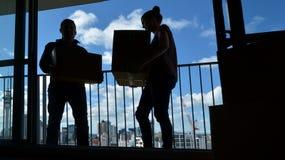 Coppia entrare in un nuovo appartamento della casa della città Fotografia Stock