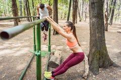 Coppia fare l'allenamento completo di forma fisica in palestra all'aperto Fotografia Stock Libera da Diritti