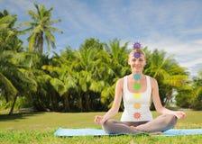 Coppia fare l'yoga nella posa del loto con sette chakras fotografie stock