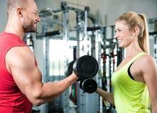 Coppia fare un allenamento di forma fisica nella palestra di sport Fotografia Stock