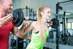 Coppia fare un allenamento di forma fisica nella palestra di sport Fotografia Stock Libera da Diritti