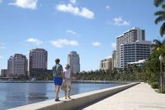 Coppia godere del lungomare in West Palm Beach, Florida, U.S.A. Fotografia Stock Libera da Diritti