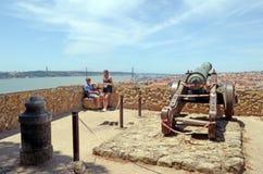Coppia godere della vista dal san George Castle Lisbon t Fotografie Stock Libere da Diritti