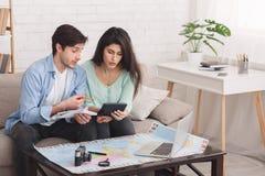 Coppia il conteggio delle finanze per la vacanza, viaggio di pianificazione fotografie stock