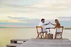 Coppia il cuore che modella con le mani alla spiaggia Fotografia Stock Libera da Diritti