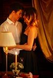 Coppia il dancing e baciare dell'interno nell'interno romantico Fotografia Stock