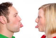Coppia il divertimento di sollevamento e colpisca la lingua fuori Immagini Stock Libere da Diritti
