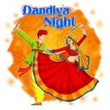Coppia il gioco del Dandiya in manifesto di Garba Night della discoteca per il festival di Navratri Dussehra dell'India Fotografia Stock
