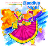 Coppia il gioco del Dandiya in manifesto di Garba Night della discoteca per il festival di Navratri Dussehra dell'India Fotografie Stock Libere da Diritti