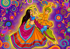 Coppia il gioco del Garba nel festival di Navratri Dussehra di notte di Dandiya fotografia stock libera da diritti