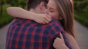Coppia il ragazzo di bacio della donna dell'uomo di felicit? di riunione video d archivio