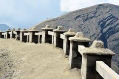 Coppia il soggiorno sul vulcano vicino superiore Bromo in Indonesia fotografia stock