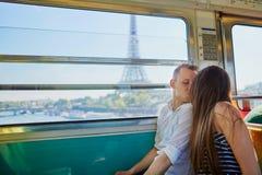 Coppia il viaggio in metropolitana con la vista alla torre Eiffel Fotografia Stock
